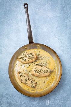 This peppercorn chicken is a classic at my house. Packed full of flavour and very easy to prepare. Chicken breasts with creamy green peppercorn sauce only requires a few ingredients and takes no time at all to cook. Easy Dinner Recipes, Gourmet Recipes, Great Recipes, Favorite Recipes, Dinner Ideas, Green Peppercorn, Peppercorn Sauce, Green Pepper Sauce, Recipes