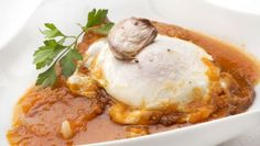 Karlos Arguiñano prepara magras de jamón con salsa de tomate y huevo frito, un plato tradicional de Navarra y Aragón y que en ocasiones se sirve como desayuno.