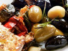 Marinerte oliven Restaurant, Tapas, Fruit, Food, Olives, Diner Restaurant, Essen, Meals, Restaurants