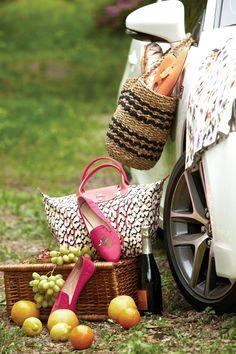 피크닉 박스에 놓인 오렌지색과 핑크색 슬립온 슈즈 JINNY KIM. 화려한 레오퍼드 패턴의 토트백 LONGCHAMP. 차 위에 놓인 회화적인 프린트 원피스 BOSS WOMEN.   Lexus i-Magazine Ver.5 앱 다운로드 ▶ www.lexus.co.kr/magazine #Lexus #Magazine #Style #CT #CT200h #Picnic