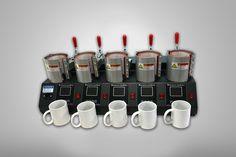 Descripción: Máquina para sublimar 5 mugs al tiempo. Para mugs de 9 o 11 onzas Trabaja a 110 v Con controlador de tiempo de tipo industrial, aumenta la productividad debido a a su alta resistencia y la posibilidad de estampar hacer 5 mugs al mismo tiempo. Proporciona una temperatura exacta y diferentes tiempos de calentamiento según la superficie a trabajar. Ideal para publicidad, regalos, promociones y más. Industrial, Mugs, Tableware, Warming Up, Vacuum Flask, Stampin Up, Productivity, Dinnerware, Cups