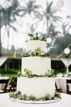 Blogger Two Red Bowls' Hawaii wedding: http://www.stylemepretty.com/destination-weddings/hawaii-weddings/2016/01/23/blogger-two-red-bowls-laid-back-outdoor-hawaiian-wedding/   Photography: Christie Pham: http://www.christie-photography.com/