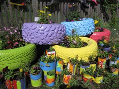 tire gardens - Google Search Ways To Recycle, Diy Recycle, Recycled Pallets, Recycled Crafts, Diy Pallet Projects, Woodworking Projects, Tire Garden, Wooden Dog House, Tire Planters