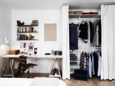 Houten vloer, witte muur, mooie kledingkast, prachtig bureau. Pure schoonheid! :-)