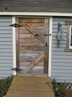 pallet shed doors Pallet Door, Pallet Barn, Pallet Shed, Wood Shed, Barn Door Garage, Shed Doors, Diy Shed, Shed Plans, Barn Door Hardware