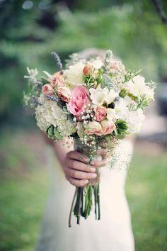 Romantisch bruidsboeket met lichte bloemen | Op zoek naar een #bruidsfotograaf met veel ervaring? kijk op: www.elveragerlinda.nl