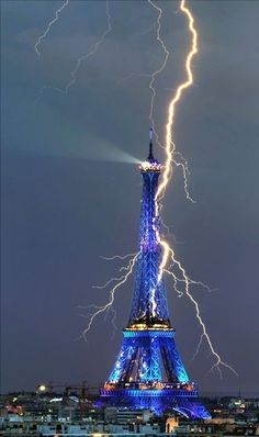 Amazing Photo of the Eiffel Tower being struck by lightning!