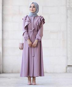 Görüntünün olası içeriği: 1 kişi - Another! Modern Hijab Fashion, Abaya Fashion, Muslim Fashion, Modest Fashion, Girl Fashion, Fashion Dresses, Hijab Style, Hijab Chic, Simple Dresses