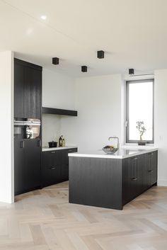 Kitchen Furniture, Kitchen Dining, Kitchen Decor, Contemporary Kitchen Interior, Minimalist Design, Cool Kitchens, Interior Design, Bathroom Lighting, Mirror