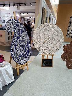 Lippan Art Clay Wall Art, Mural Wall Art, Mural Painting, Ceramic Painting, Ceramic Art, Paintings, Mirror Crafts, Mirror Art, Clay Art Projects