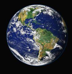 El inglés es uno de los idiomas más hablados en el mundo así que no sería una mala idea saber como hablar ingles, ¿No? Pues si quieres aprender inglés, aquí os contaremos los 6 destinos para aprender inglés en familia desde nuestro punto de vista. Earth And Space, Planet Earth From Space, Our Planet, Pluto Planet, Small Planet, Custom Wall, Earth Day, Earth Month, Earth Hour