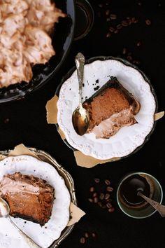 Chocolate gingerbread cheesecake with italian meringue by Cioccolato Gatto. Just Desserts, Delicious Desserts, Yummy Food, Fall Desserts, Cupcakes, Cupcake Cakes, Pavlova, Cheesecakes, Cheesecake Recipes