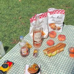 Pin by Abs on Picnic Picnic Date, Summer Picnic, Summer Aesthetic, Aesthetic Food, Korean Aesthetic, Comida Picnic, Cute Food, Aesthetic Pictures, Bunt