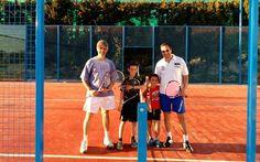 Héctor Estrela, Pedro Benítez y sus respectivos hijos disfrutan de una jornada #BQUET-TENNIS.