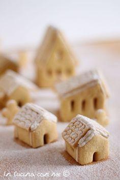 Il villaggio di Natale in biscotto è una golosa e scenografica idea regalo, tutta da gustare è realizzata con pasta frolla e glassa. Christmas Cooking, Christmas Desserts, Christmas Treats, Best Birthday Cake Designs, Cool Birthday Cakes, Cookie House, House Cake, Biscotti Cookies, Cake Cookies