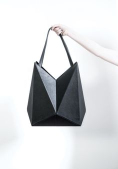 Bolso con diseño origami. Lifestyle Brand FINELL Launches Debut Handbag Collection