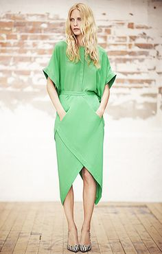 Popularized by Diane Von Furstenberg, the wrap dress is considered a good fashion investment. Be in tune with this trend by learning how to style a wrap dress. Fashion Details, Look Fashion, Fashion Design, Daily Fashion, Girl Fashion, Do It Yourself Mode, Mode Club, Winter Trends, Look Chic