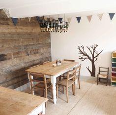 Die houten wand in combinatie met de witte muur vinden we wel iets hebben. Voor meer foto's, maak de jump naar http://www.weheart.co.uk/2012/08/21/the-bivouac-swinton/