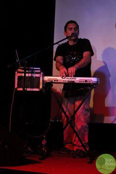 El fundado de la banda demostrando sus implacables habilidades en el teclado.