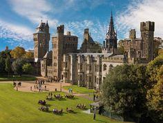 活気溢れるウェールズの首都、カーディフ。カーディフ城で中世の騎士が馬上槍試合をするのを見学し、ミレニアム・スタジアムで大きなスポーツイベントを観戦し、一新したウォーター・フロント地区を散策してみましょう。