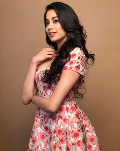 Janhvi kapoor Hot and sexy Indian Bollywood actress deshi models very cute beautiful seducing tempting photos and wallpapers with bikini bac. Indian Bollywood Actress, Beautiful Bollywood Actress, Bollywood Fashion, Beautiful Actresses, Indian Actresses, Lakme Fashion Week, Women's Fashion, Bollywood Stars, India Beauty