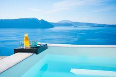 海と一体化した素敵な空間インフィニティ風呂がある温泉宿に行きたくて Plunge Pool, Hot Springs, Santorini, Swimming Pools, Ocean, Places, Outdoor Decor, Travel, Bath