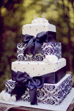 Tarta cuadrada de boda con detalles en morado y blanco | 24 Tartas de Boda Originales y Decoradas con Fondant