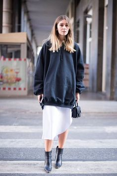 street style sweatshirt dimanche - The world's most private search engine Outfit Zusammenstellen, Hoodie Outfit, Hoodie Dress, Sweater Hoodie, Looks Street Style, Street Style Women, Street Chic, Look Fashion, Fashion Outfits