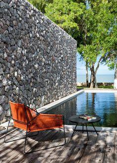 Un couloir de nage dans un jardin www.oasiq.com #Oasiq #outdoorfurniture
