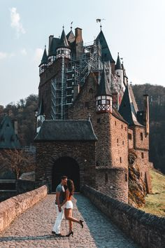 Germany has so many beautiful castles and palaces to offer! One of the most beautiful ones is Burg Eltz, or also known as Eltz Castle. Since it's located in western Germany, you can easily combine it with a visit to Cochem, Trier or Cologne. Famous Day, Walking Routes, Germany Castles, Beautiful Castles, Travel Aesthetic, Travel Couple, Germany Travel, Tower Bridge, Hiking Trails