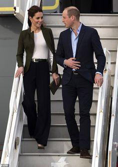 Kate Middleton style: A green blazer and wide leg trousers Kate Middleton Outfits, Vestido Kate Middleton, Kate Middleton Stil, Kate Middleton Photos, Kate Middleton Fashion, Princess Kate Middleton, Kate Fashion, Royal Fashion, Work Fashion