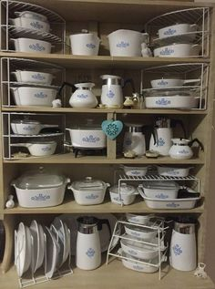 I have many of these vintage Corning Pyrex Cornflower Blue pieces! This picture makes me giddy! Corningware Vintage, Vintage Kitchenware, Vintage Dishes, Vintage Glassware, Vintage Pyrex, Vintage Tins, Pyrex Display, Pyrex Bowls, Vintage Fire King