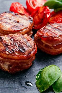 Pork filet wrapped in bacon - Essen Easy Romantic Dinner, Romantic Dinner Recipes, Steak Recipes, Easy Chicken Recipes, Seafood Recipes, Grilled Pork Steaks, Steak And Mashed Potatoes, Night Dinner Recipes, Spareribs
