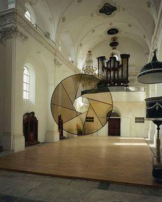 Felice Varini est un artiste suisse qui excelle dans la technique de l'anamorphose. Les formes complètes sont seulement vues de l'angle de visualisation de certains, sinon le spectateur ne voit que des morceaux brisés aléatoires. Il a créé un grand nombre de ces illusions d'optique au cours des 30 dernières années et son travail mérite largement un petit focus.