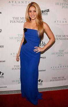 Шакира в голубом платье
