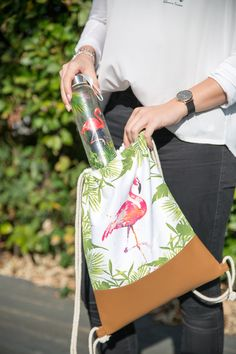 Tropical Flamingo City Bag with Leatherette + Tropical Flamingo Glass Bottle 550ml #ppd #paperproductsdesign #glassbottle #citybag #glasflasche #turnbeutel #tropical #2go #travel #trend #fashion