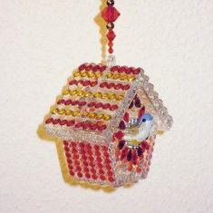 Hier bekommen Sie ein in liebevoller Handarbeit gefertigtes Unikat als Fensterschmuck, Geschenkverpackung für z.B. Geldgeschenke oder Raumdeko. Als Geschenkverpackung für Geldgeschenke ist die Acrylform leicht zu öffnen. http://sunshine-design.neueshop.com/dekohaenger-vogelhaus-fensterschmuck/details/1563728/