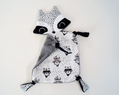 doudou raton-laveur, doudou plat Baby Sewing Projects, Sewing For Kids, Diy For Kids, Baby Couture, Couture Sewing, Towel Boy, Tilda Toy, Dou Dou, Baby Accessoires