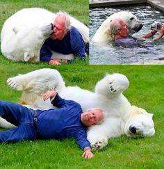 O treinador Mark Dumas é conhecido como o único homem no mundo que brinca com um urso polar. Ele e sua esposa cuidam de Agee, uma urso polar de 16 anos, desde que ela possuia seis semanas, no Canadá. Eles nadam, brincam e até mesmo dormem juntos. Agee parece amar Mark e sempre o provoca para brincar (ver vídeo abaixo).