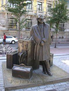 El viajero de Úrculo.... Conoces todas las esculturas que pueblan las calles de #Oviedo?