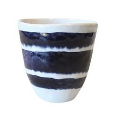 Wit met blauwe mok van Urban Nature Culture (UNC). Gemaakt van keramiek.Vaatwasmachinebestendig.Afmetingen:9 cm hoog, 340cc inhoud ;