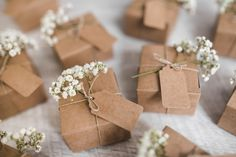 Full frame of cardboard boxes with tag and baby's-breath flowers on wooden backdrop Free Photo Wedding Favours Luxury, Homemade Wedding Favors, Winter Wedding Favors, Winter Wedding Flowers, Wedding Gift Boxes, Wedding Gifts For Bridesmaids, Wedding Table, Diy Wedding, Bouquet Wedding