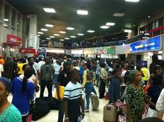 Sweet Love: Man Proposes to His Girlfriend at Lagos Airport (Photos)