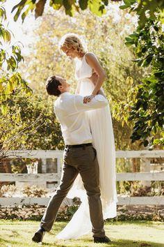 ウェディングドレスを着て、憧れのお姫様抱っこ♡幸せいっぱいの『抱っこフォト』を撮ろう♩にて紹介している画像