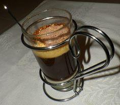 Na Cozinha com os J's: Café com Gelado de Caramelo e Raspas de Chocolate Coffee Maker, Pudding, Kitchen, Desserts, Chocolate Curls, Drinkware, Cook, Sweets, Recipes
