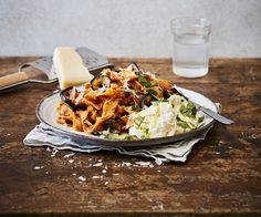 Yrttejä, tuoreita raaka-aineita ja pastaa. Kesäruoka on helppoa ja nopeaa, kun soosit surauttaa sauvasekoittimella. Enää tarvitsee keittää pasta!