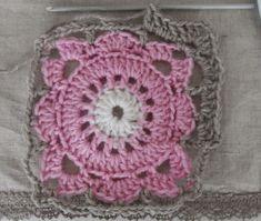 Tässä on osittain itse soveltamani paju neliön ohje:   Koukku: 3,5  Lanka: seitsemän veljestä   1.k 7 kjs, yhdistä   2.k 16 pylvästä       ... Diy And Crafts, Crochet Earrings, Blanket, Korit, Blankets, Cover, Comforters