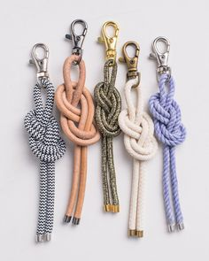 Etsy Studio Message Identifying your bag is easy with a distinctive DIY bag charm. In this tutorial, we'll show you how to tie a figure-eight knot, transforming rope and hardware into a nautical knot charm perfect for identifying your luggage as it comes Rope Knots, Macrame Knots, Macrame Bag, Diy Bag Charm, Nautical Knots, Nautical Bags, Diy Keychain, Keychains, Paracord Keychain