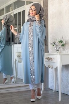 Elisa Ferace Tunik – Mavi – Lefzen Our blue elisa ferace tunic model is zero collar, buttoned at the back and cuffed. The arms are the bat arm. Abaya Fashion, Modest Fashion, Fashion Outfits, Muslim Women Fashion, Islamic Fashion, Moda Hijab, Hijab Evening Dress, Evening Dresses, Mode Abaya
