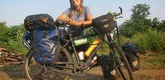 """Astrid Fisher: el mundo en bici  """"sabía que vivír en las ciudades nunca satisfaría mi deseo de actividades al aire libre"""". Pedalear el mundo, vivir al aire libre, y explorar el planteta con los ojos y la mente abierta, es mi gran regalo en esta vida… Astrid Fisher, farmacéutica de profesión, que está dando la vuelta al mundo en bicicleta, trabajando en ruta como profesora de buceo."""